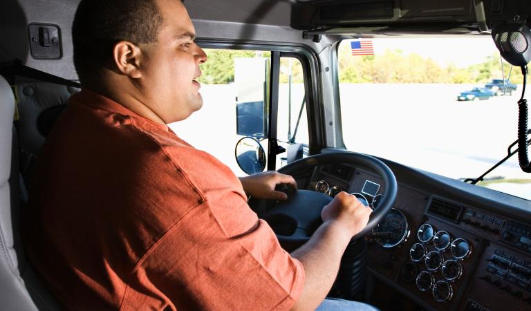 caminhoneiro dirigindo